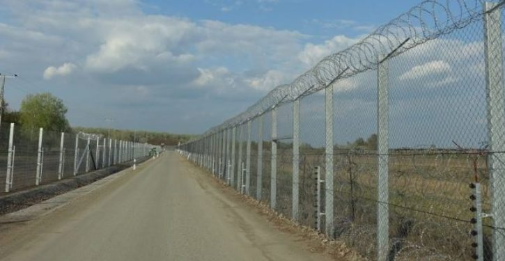 border-fence-725x375